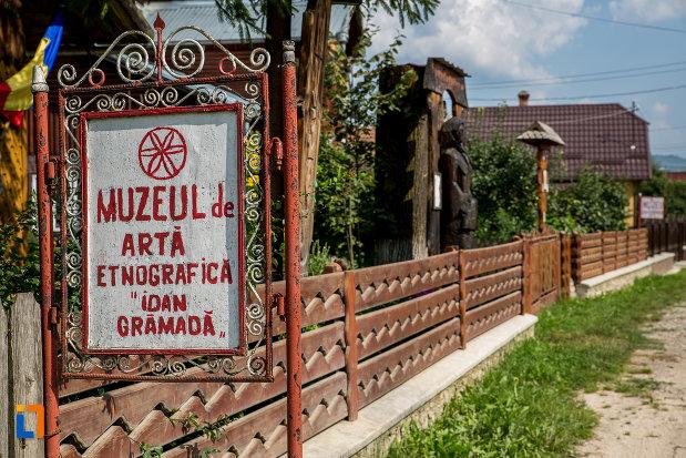 indicator-cu-muzeul-de-arta-etnografica-ioan-gramada-din-campulung-moldovenesc-judetul-suceava.jpg
