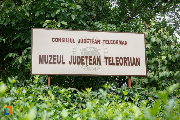 indicator-cu-muzeul-judetean-de-istorie-din-alexandria-judetul-teleorman.jpg