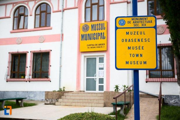 indicator-cu-muzeul-municipal-curtea-de-arges-judetul-arges.jpg