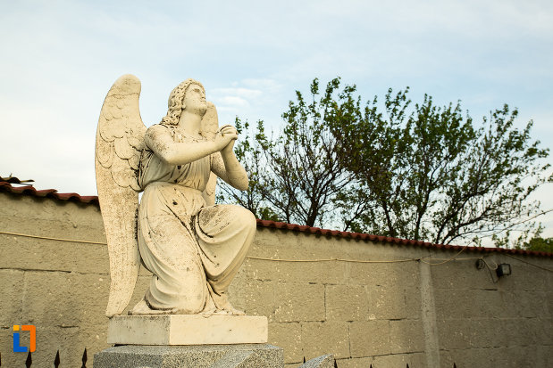 inger-care-se-roaga-biserica-adormirea-maicii-domnului-din-draganesti-olt-judetul-olt.jpg