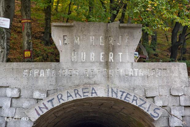 inscriptia-de-la-tunelul-em-herja-hubert-dintre-chiuzbaia-si-baia-sprie-judetul-maramures-2.jpg