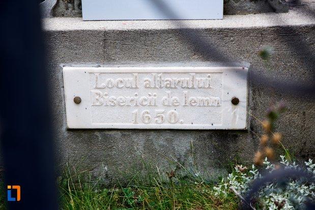 inscriptia-de-pe-cruce-de-piatra-la-locul-altarului-bisericii-de-lemn-din-sacele-judetul-brasov.jpg