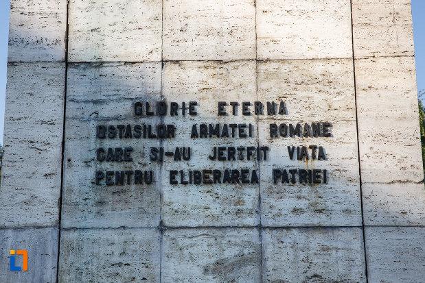 inscriptia-de-pe-monumentul-ostasului-roman-din-targu-mures-judetul-mures.jpg
