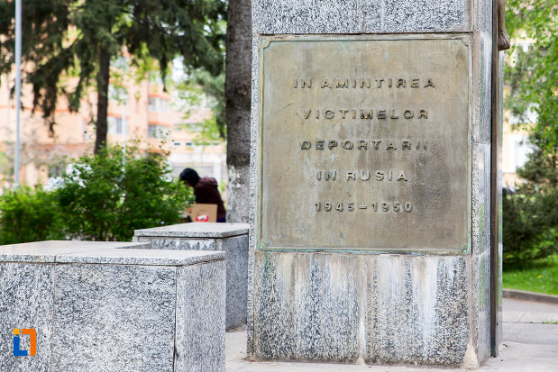 inscriptia-de-pe-monumentul-victimelor-deportarii-in-rusia-din-resita-judetul-caras-severin.jpg