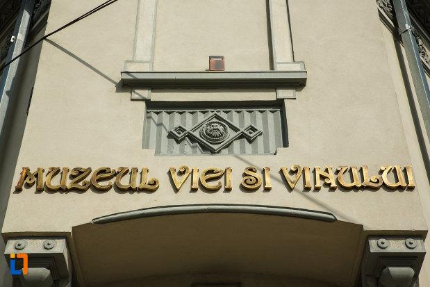 inscriptia-de-pe-muzeul-podgoriei-muzeul-viei-si-vinului-din-dragasani-judetul-valcea.jpg