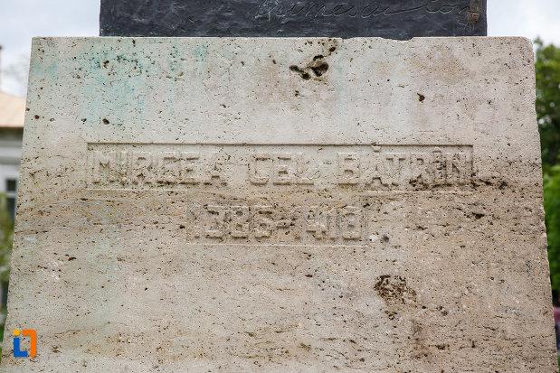 inscriptia-de-pe-statuia-lui-mircea-cel-batran-din-ramnicu-valcea-judetul-valcea.jpg