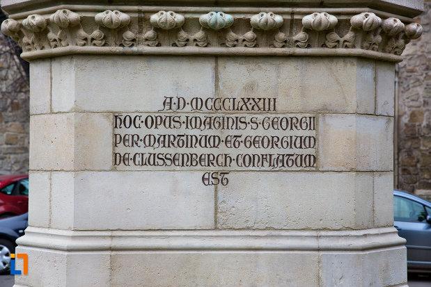 inscriptie-de-la-baza-statuia-sfantul-gheorghe-din-cluj-napoca-judetul-cluj.jpg