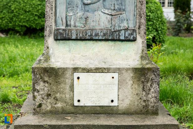 inscriptie-de-la-monumentul-locotenentului-gogu-bechererescu-din-bailesti-judetul-dolj.jpg