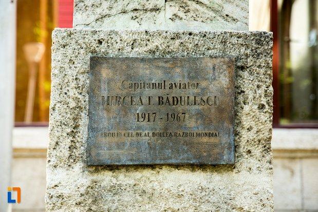 inscriptie-de-la-statuia-lui-mircea-t-badulescu-din-buzau-judetul-buzau.jpg