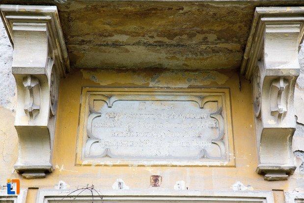inscriptie-de-pe-ansamblul-castelului-teleky-din-uioara-de-sus-judetul-alba.jpg