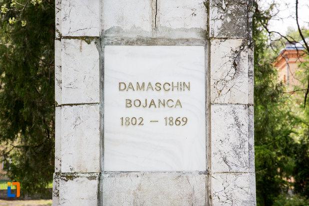 inscriptie-de-pe-bustul-lui-damaschin-bojinca-din-oravita-judetul-caras-severin.jpg