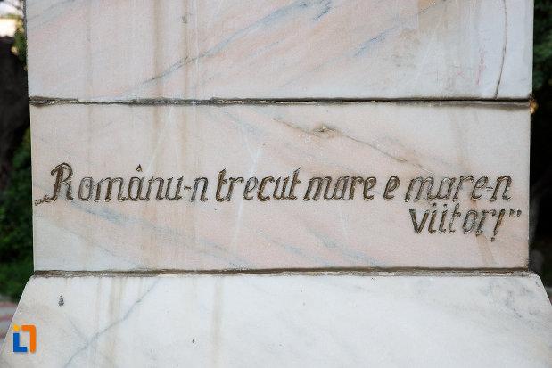 inscriptie-de-pe-bustul-lui-mihai-eminescu-din-rosiorii-de-vede-judetul-teleorman.jpg