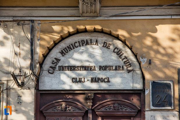 inscriptie-de-pe-casa-municipala-de-cultura-din-cluj-napoca-judetul-cluj.jpg