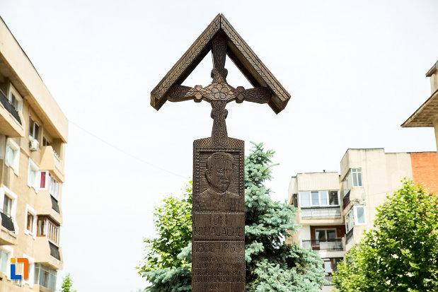 inscriptie-de-pe-crucea-de-la-cimitirul-vesel-din-sapanta-din-ramnicu-sarat-judetul-buzau.jpg