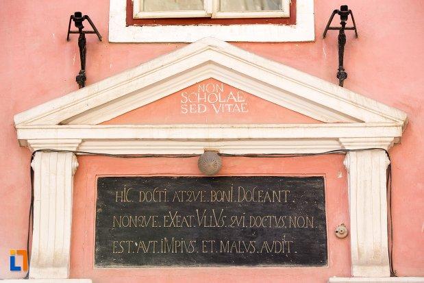 inscriptie-de-pe-fosta-scoala-de-baieti-azi-corpul-a-al-liceului-honterus-din-brasov-judetul-brasov.jpg