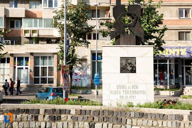 inscriptie-de-pe-monument-comemorativ-doina-si-ion-aldea-teodorovici-din-pitesti-judetul-arges.jpg