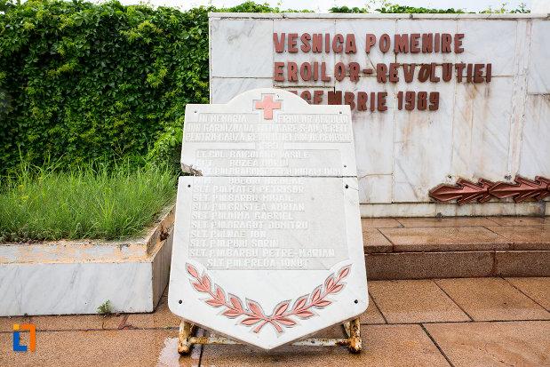 inscriptie-de-pe-monument-eroilor-revolutiei-din-decembrie-1989-din-titu-judetul-dambovita.jpg