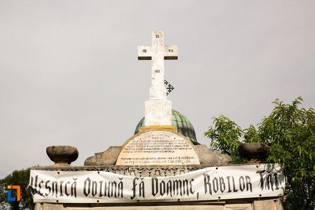 inscriptie-de-pe-monument-inchinat-tragediei-din-anul-1930-din-costesti-judetul-arges.jpg