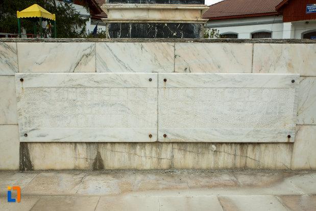 inscriptie-de-pe-monumentul-eroilor-din-tismana-judetul-gorj.jpg