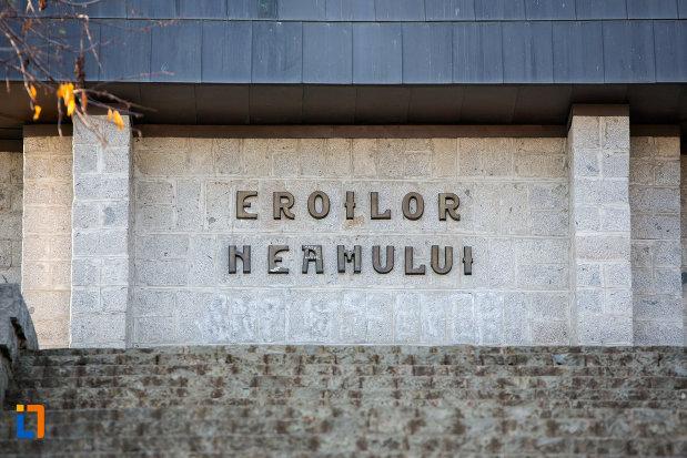 inscriptie-de-pe-monumentul-eroilor-neamului-din-cluj-napoca-judetul-cluj.jpg