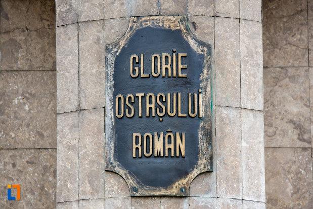 inscriptie-de-pe-monumentul-glorie-ostasului-roman-din-cluj-napoca-judetul-cluj.jpg