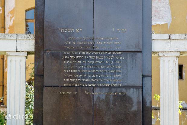 inscriptie-de-pe-monumentul-holocaustului-din-oradea-judetul-bihor.jpg
