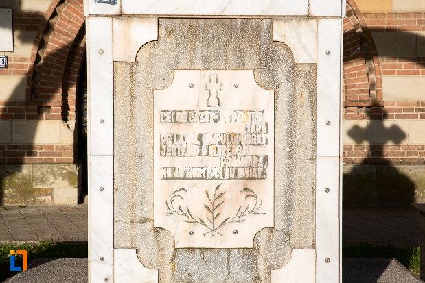 inscriptie-de-pe-monumentul-inchinat-eroilor-din-targoviste-judetul-dambovita.jpg