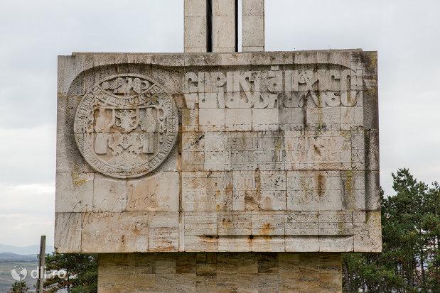inscriptie-de-pe-monumentul-mihai-viteazul-din-guruslau-judetul-salaj.jpg
