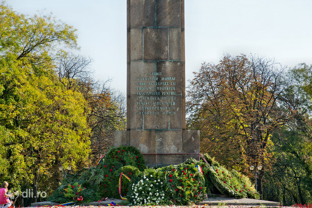 inscriptie-de-pe-monumentul-ostasului-roman-din-oradea-judetul-bihor.jpg