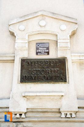 inscriptie-de-pe-muzeul-de-istorie-din-targoviste-judetul-dambovita.jpg