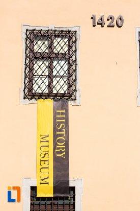 inscriptie-de-pe-muzeul-judetean-de-istoria-din-brasov-judetul-brasov.jpg