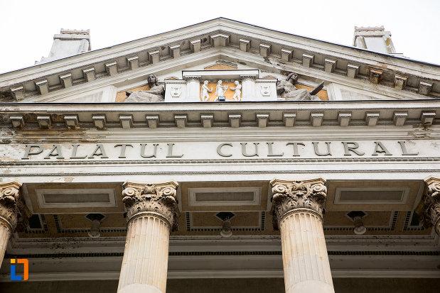inscriptie-de-pe-palatul-cultural-din-arad-judetul-arad.jpg