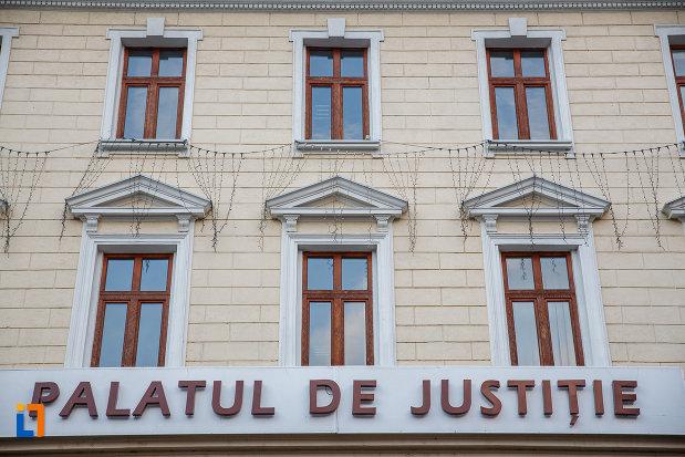 inscriptie-de-pe-palatul-de-justitie-din-suceava-judetul-suceava.jpg