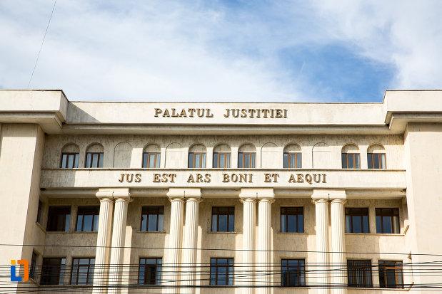 inscriptie-de-pe-palatul-justitiei-din-targoviste.jpg