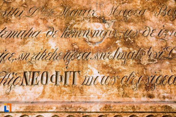 inscriptie-de-pe-peretele-din-ansamblul-bisericii-sf-treime-din-craiova-judetul-dolj.jpg