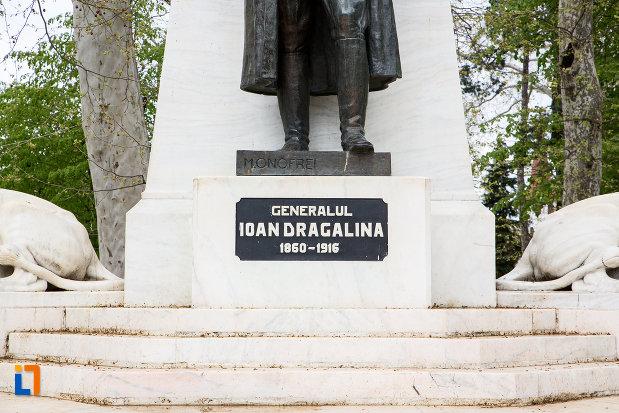inscriptie-de-pe-statuia-generalului-ion-dragalina-din-caransebes-judetul-cara-severin.jpg