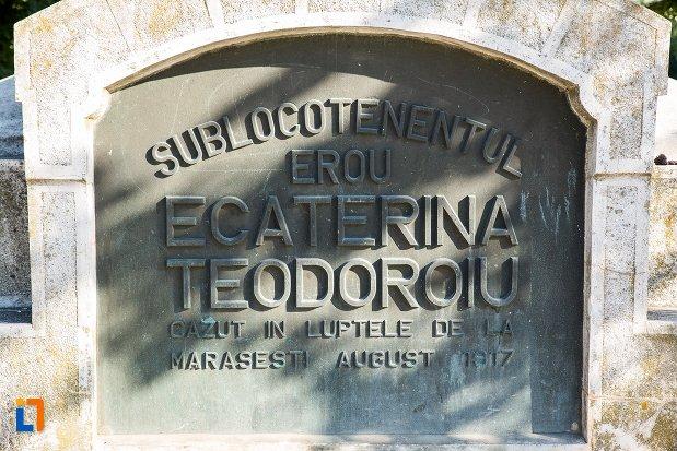 inscriptie-de-pe-statuia-lui-ecaterina-teodoroiu-din-braila-judetul-braila.jpg