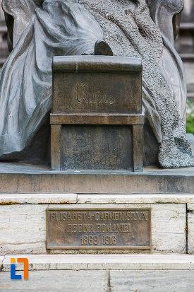 inscriptie-de-pe-statuia-reginei-elisabeta-carmen-silva-a-romaniei-din-sinaia-judetul-prahova.jpg
