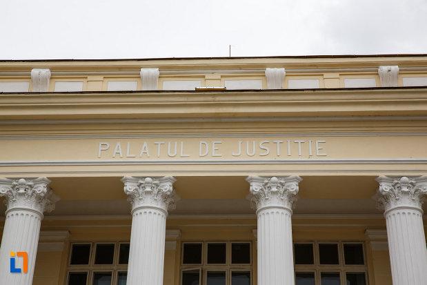 inscriptie-de-pe-tribunalul-judetului-valcea-fostul-palat-de-justitie-din-ramnicu-valcea-judetul-valcea.jpg