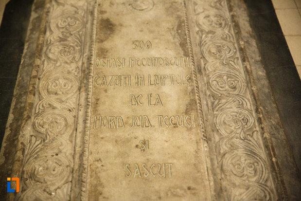 inscriptie-funerara-de-pe-mormantul-ostasului-necunoscut-mausoleul-eroilor-din-1916-1919-de-la-marasesti-judetul-vrancea.jpg