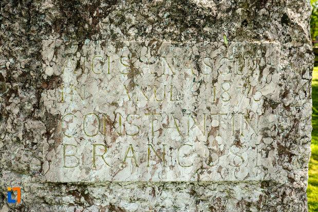 inscriptie-in-piatra-aflata-la-casa-memoriala-constantin-brancusi-din-hobita-judetul-gorj.jpg