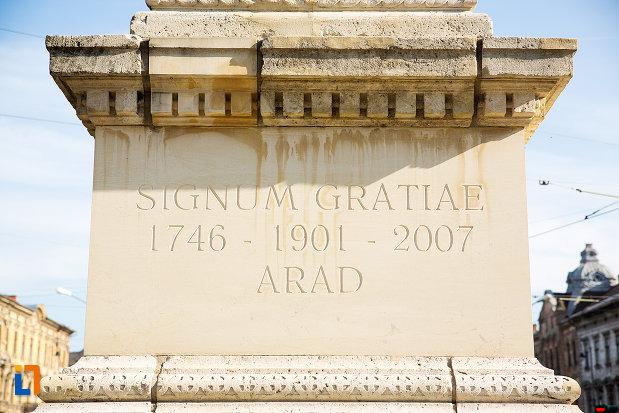 inscriptie-la-baza-monumentului-signum-gratie-din-arad-judetul-arad.jpg