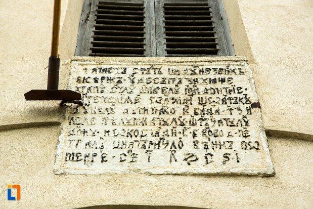 inscriptie-veche-de-la-ansamblul-bisericii-sf-dumitru-bagdat-din-ramnicu-sarat-judetul-buzau.jpg