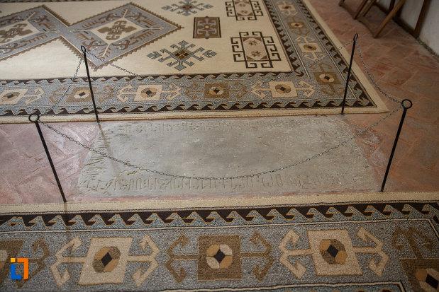inscriptie-veche-din-manastirea-zamca-biserica-sfantul-auxentie-1551-din-suceava-judetul-suceava.jpg
