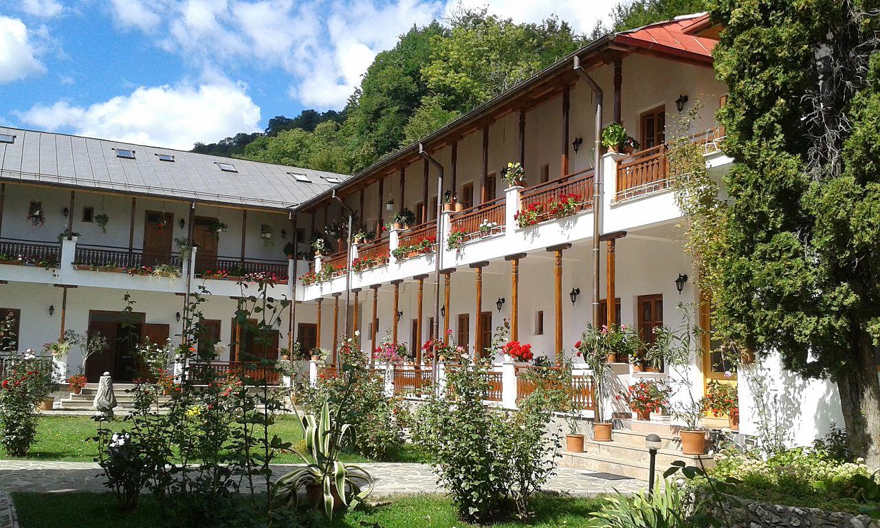 interior Manastirea Arnota