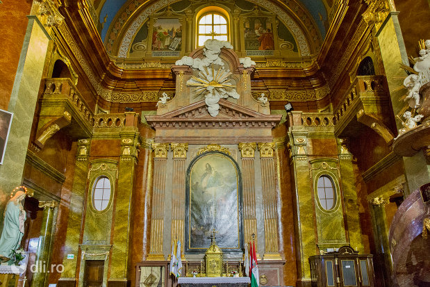 interior-bazilica-romano-catolica-din-oradea-judetul-bihor.jpg