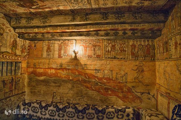 interior-biserica-de-lemn-din-desesti-judetul-maramures.jpg