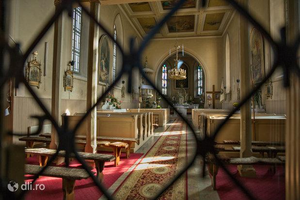 interior-biserica-romano-catolica-din-seini-judetul-maramures.jpg