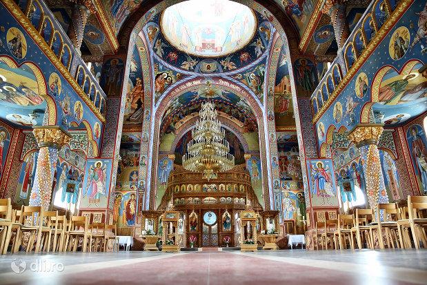 interior-biserica-sfantul-dimitri-izvoratorul-din-carei-judetul-satu-mare.jpg