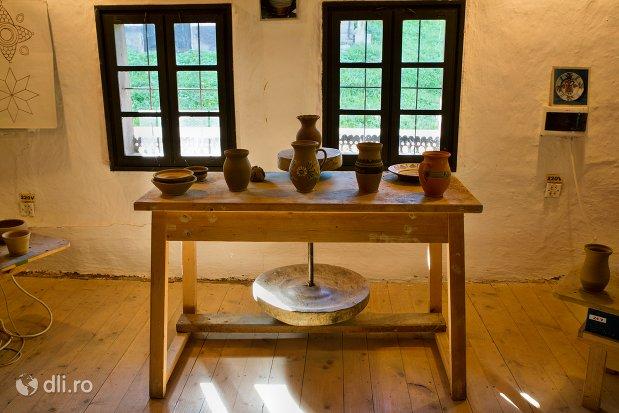 interior-casa-oseneasca-muzeul-satului-osenesc-din-negresti-oas-judetul-satu-mare.jpg